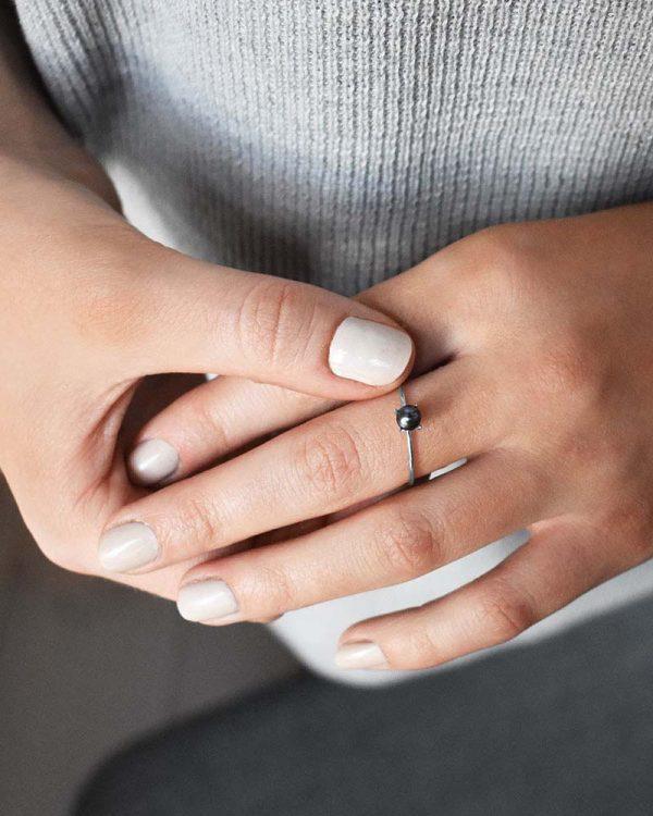 Petite Pearl Midnight Ring från Drakenberg Sjölin